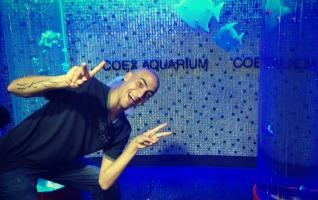 Every single person took pictures like this. It finally infected Clint. — at Coex Aquarium.