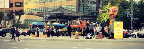 While looking for the Cheonggyecheon, we come across people walking on stilts. Some kind of Arts festival!