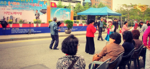Old people dancing are the cutest! This particular older gentleman was dancing to his own beat. :D