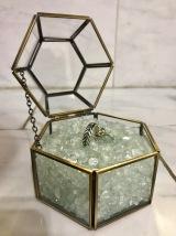 Geometric ring box for the ring-bearer
